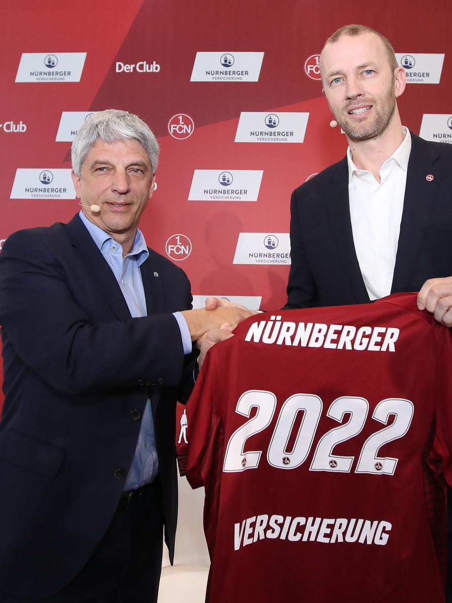 Der IHK-Präsident und Vorstandsvorsitzender der Nürnberger Versicherung, Dr. Armin Zitzmann, gratuliert Marcus König zu seinem Wahlsieg: