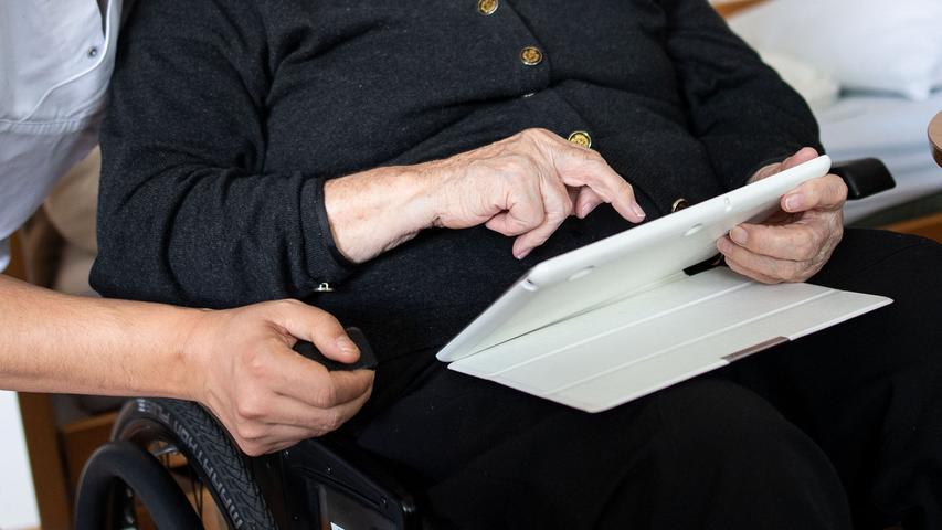 Altenpfleger/innen bekommen dagegen  32.932 Euro, wohingegen Arzthelfer knapp darunter im Durchschnitt 31.030 verdienen.