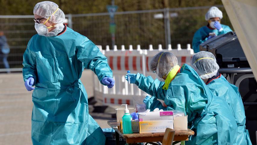 Corona-Shutdown, Tag 13: Das Personal im Corona-Testzentrum ist mit Schutzkleidung und Masken geschützt.
