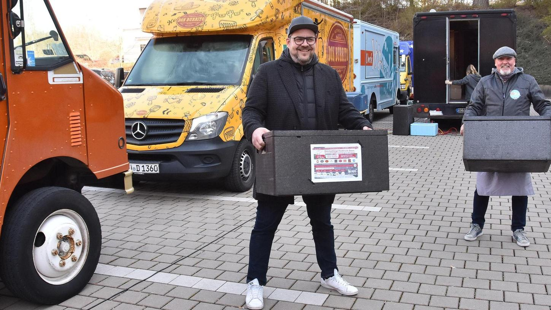 """Verschiedene Foodtrucks kooperieren in der """"Ghost-Kitchen"""" – hier mit Klaus Peter Wünsch (li.) und Markus Schwartz in Aktion."""