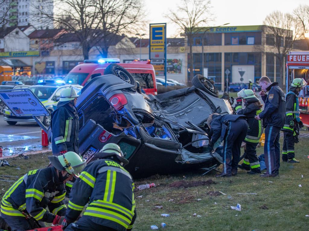 Zwei Verletzte und etwa 50000 Euro Schaden sind die Bilanz eines Unfalls, der sich am Montagabend (30. März 2020) in Treuchtlingen an der Kreuzung Nürnberger Straße / Bürgermeister-Korn-Straße ereignet hat.  Foto: Ralph Goppelt