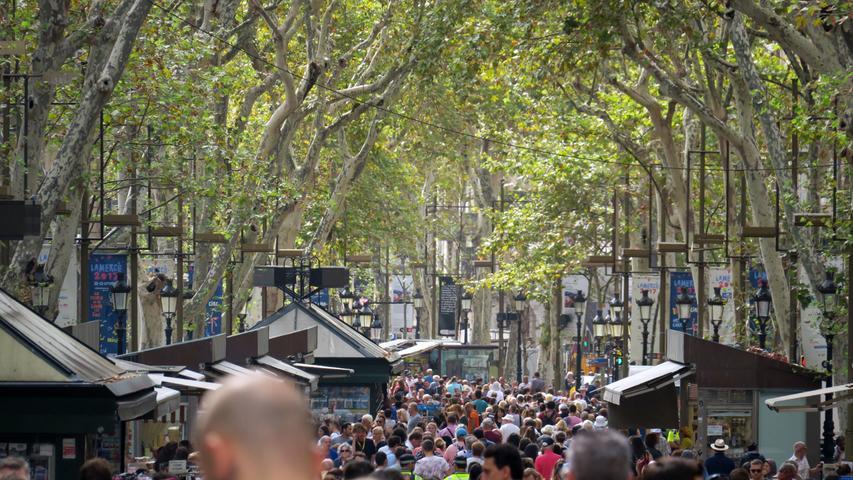 Die etwa 1,5 Kilometer lange La Rambla ist Barcelonas berühmteste Flaniermeile. An Anblicke wie diesen hat man sich dort längst gewöhnt.