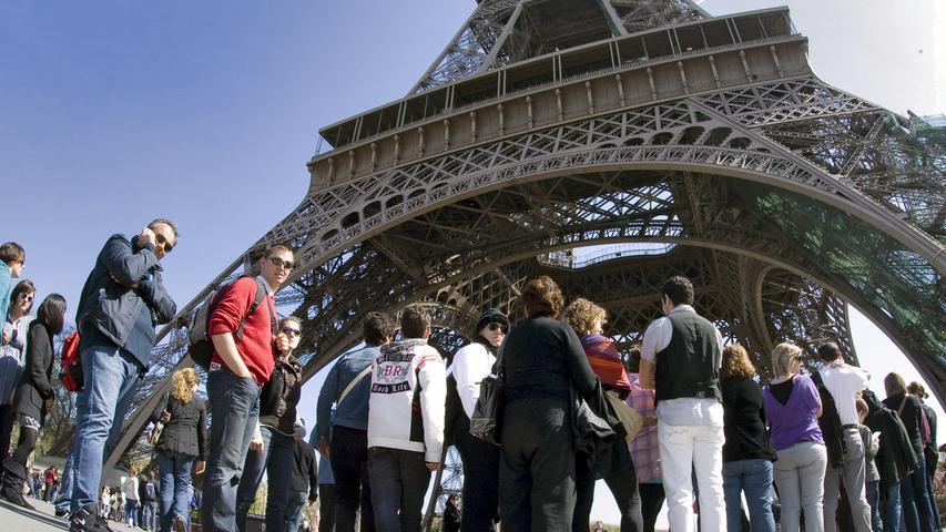 Der Eiffelturm in Paris zieht jährlich fast sieben Millionen Touristen an.