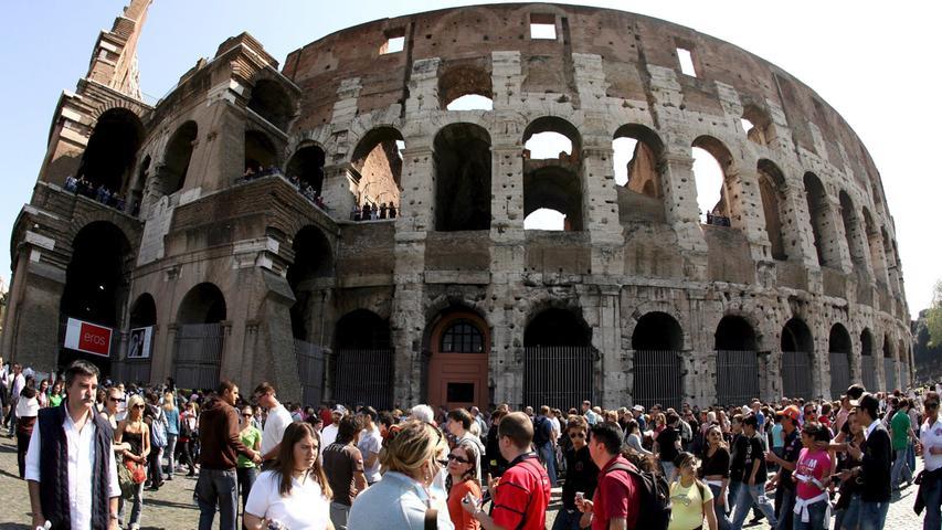 Noch mehr Jahre hat das Kolosseum in Rom auf dem Buckel: Seit dem Jahr 80 nach Christus steht das größte antike Amphitheater der Welt nun. Es hat Jahrhunderte überdauert, Kriege und Krisen überstanden. Kein Wunder also, dass sich regelmäßig Menschentrauben um den Prachtbau scharen.