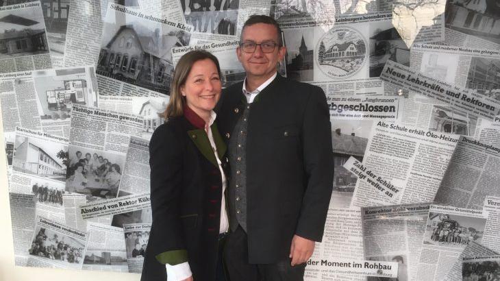 Thomas Kraußer (CSU) und seine Frau feiern das positive Ergebnis der Bürgermeister-Stichwahl in Leinburg.