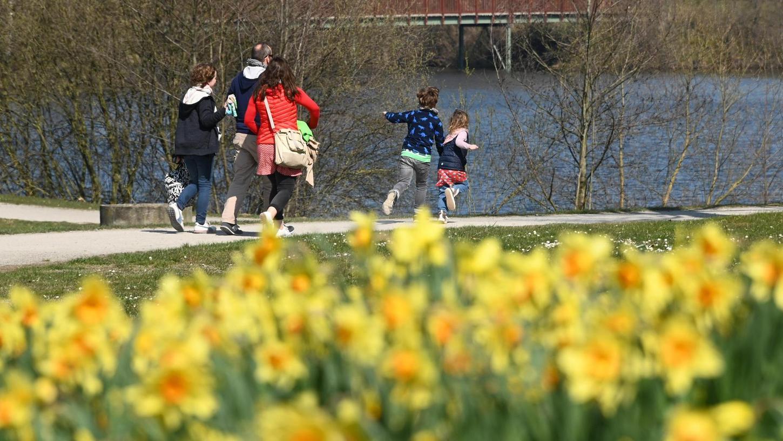 Gemeinsame Spaziergänge mit der Familie sind noch erlaubt und können guttun, wenn es zu Hause für alle zu eng wird. Was sonst noch helfen kann, verrät Fachfrau Simone Steiner im Interview.
