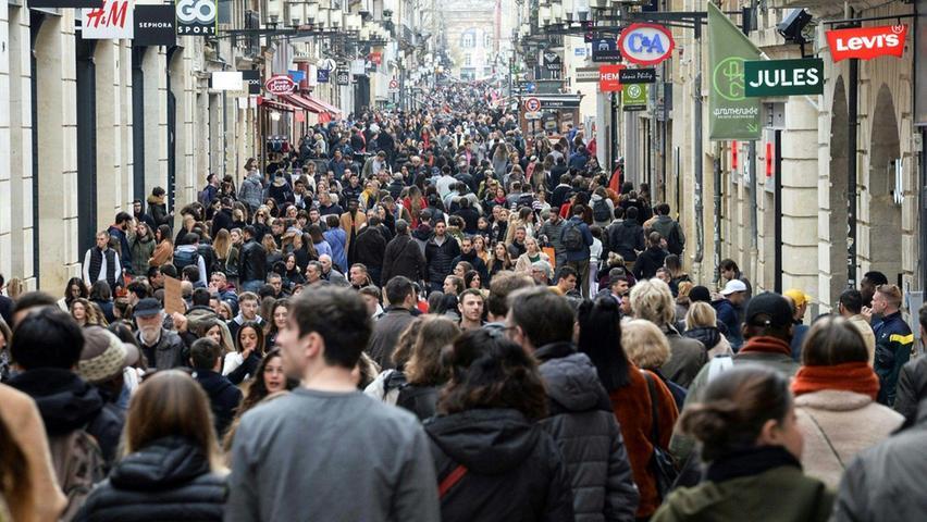 Fans schicker Boutiquen sind normalerweise auch hier zu Hauf anzutreffen: Die Rue Sainte-Catherine in Bordeaux gilt als längste Einkaufsstraße Europas.