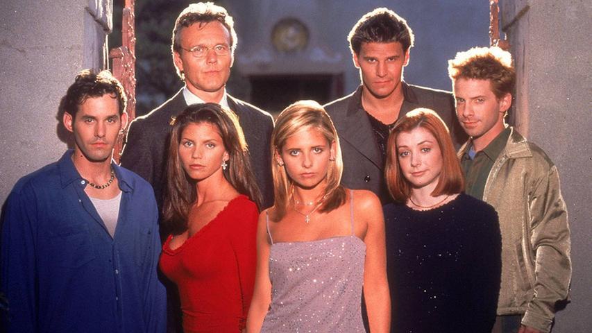 Die 16-jährige Vampirjägerin Buffy Summers (Sarah Michelle Gellar) zieht nach der Scheidung ihrer Eltern mit ihrer Mutter nach Sunnydale in Kalifornien. Dort nimmt ihr Wächter Giles (Anthony Stewart Head) sie unter seine Fittiche. Mit ihm und ihren neuen Freunden Willow (Alyson Hannigan) und Xander (Nicholas Brendon) ficht Buffy regelmäßig den ewigen Kampf zwischen Gut und Böse aus... Denn Sunnydale befindet sich direkt an einem Höllenschlund.