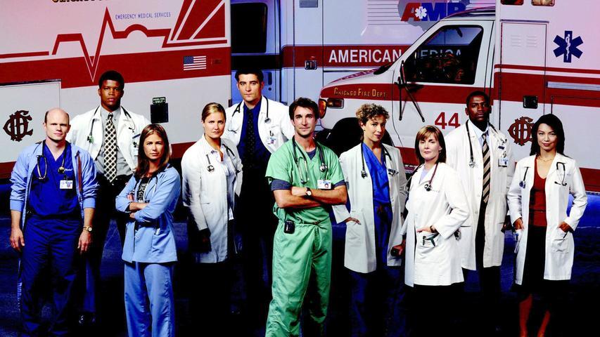 Dr. Mark Greene (Anthony Edwards) feststellen, der Chef der Notaufnahme im fiktiven Chicagoer County General Hospital sieht sich mit seinem Team jeden Tag mit überfüllten Warteräumen, personellen Engpässen und unmenschlichem Druck, Entscheidungen über Leben und Tod fällen zu müssen, gegenüber. Nebenher zusätzlich die nächste Generation von Medizinern auszubilden und das eigene Privatleben zu regeln, ist für Dr. Mark Greene da nicht immer leicht. Mit Krankenschwester Carol Hathaway (Julianna Margulies), Kinderarzt und Frauenschwarm Doug Ross (George Clooney), der mitfühlenden Ärztin Susan Lewis (Sherry Stringfield), Greenes bester Freundin, der arrogante, aber außergewöhnlich talentierte Chirurg Peter Benton (Eriq La Salle) und Medizinstudent John Carter (Noah Wyle) kann er sich allerdings auf jeden Fall auf sein Team verlassen.