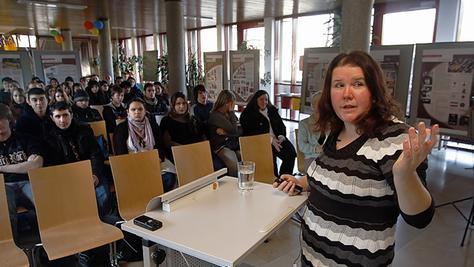 Birgit Mair erläutert den Schülern die Werbestrategien rechtsradikaler Gruppierungen.