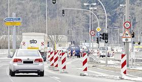 Damit das marode Bauwerk entlastet wird, ist bereits eine Fahrspur gesperrt worden. Der Verkehr wird dadurch behindert.