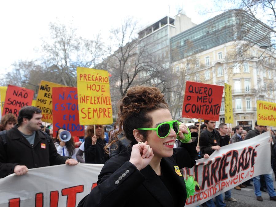 Bunt waren die Proteste: Viele Portugiesen sind mit dem System nicht mehr zufrieden und protestieren nun gegen Arbeitslosigkeit und Perspektivlosigkeit.