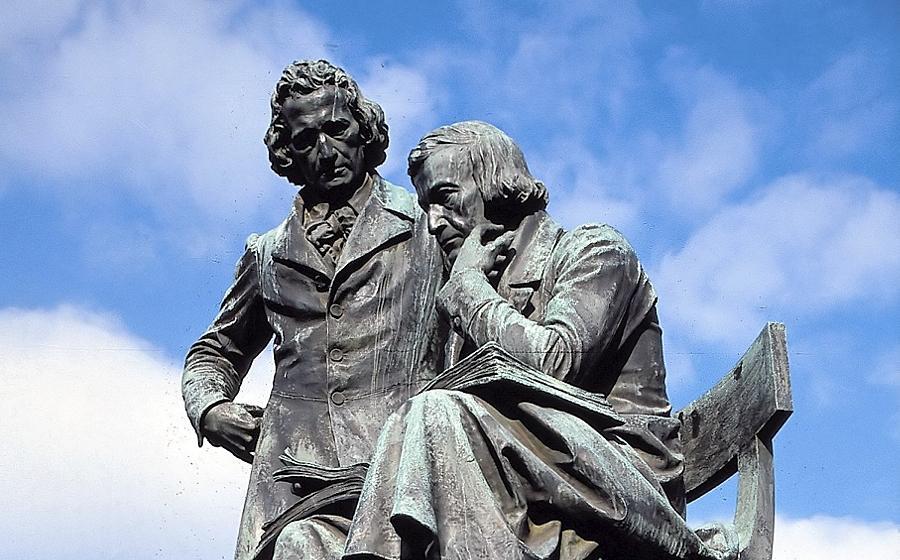 Das Denkmal von Jacob und Wilhelm Grimm steht in  Hanau; Günter Grass wollte den gelehrten Brüdern ein literarisches Denkmal errichten.