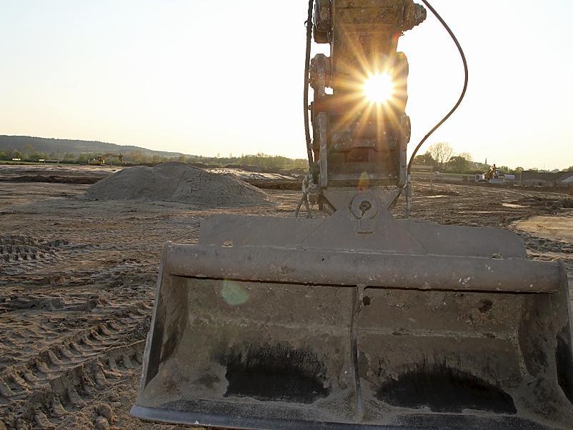 Im  künftigen Gewerbegebiet westlich der Hardhöhe rollen zwar bereits die Bagger, doch bis sich auf der  Fläche weitere Firmen  ansiedeln können, wird noch einige Zeit vergehen.