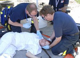 An einer realistisch präparierten Verletztendarstellerin üben Notfallmediziner die richtige Wundversorgung. Alle Aktionen werden von Wettkampfrichtern bewertet.