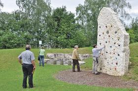 Vorbildlicher Umgang mit der Natur: Der Kalkstein, der auf dem Wachsteiner Spielplatz als Klettergerüst dient, erfreute die Jury bei ihrem Rundgang durch den Ort.