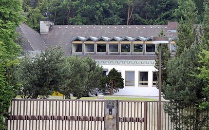 Von der Straße aus ist nur ein Teil der früheren Grundig-Villa zu sehen, die inmitten eines großzügigen Parks liegt und den neuen Wohnhäusern weichen müsste.