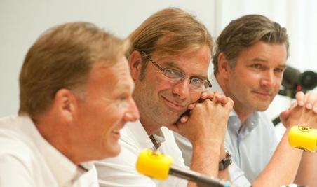 Dortmunds Erfolgstriumvirat will in Berlin den nächsten Coup landen: Geschäftsführer Watzke, Trainer Klopp und Sportdirektor Zorc (von links nach rechts) zeigten sich schon zuletzt guter Laune.