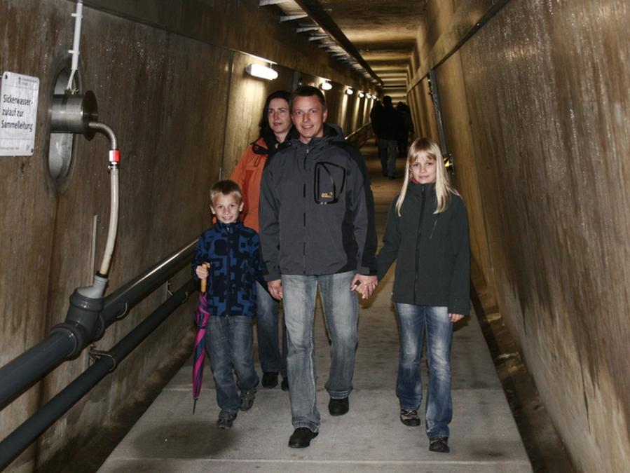 Beim Spaziergang in den dunklen Gängen des Damms.