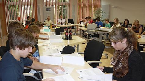 Fast wie in einer richtigen Stadtratssitzung: Die Schülerinnen und Schüler der Klasse M8 stellten im Rathaussaal Anträge, diskutierten und stimmten ab. Bürgermeister Kraus (hinten) leitete die Sitzung.