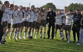 """Einst bundesweit berühmt geworden als """"schlechteste Fußballmannschaft Deutschlands"""", bejubeln die Germania-Fußballer hier den 1:0-Auswärtssieg beim TSV Gräfenberg II — den zweiten Sieg nach 28 Monaten."""