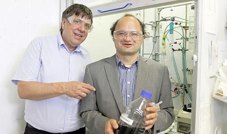Die Professoren Wolfgang Arlt (li.) und Peter Wasserscheid haben Carbazol, das Trägermedium für Wasserstoff, entwickelt.