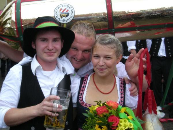 Der Alfelder Houterer Felix Görlach mit Moidl Julia Wacker, dahinter Buschenmacher Andreas Bauer.