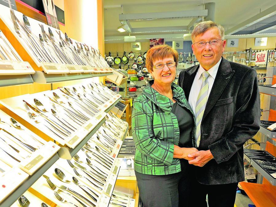 Ursula und Wolfgang Prechtel in ihrem Haushaltswarengeschäft in der Hornschuchallee.