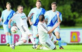 Dem gemeinsamen Aufstieg folgt der gemeinsame Abstiegskampf: Sowohl der SV Laufamholz als auch die DJK Bayern (im Bild eine Szene vom Entscheidungsspiel beider Teams aus der letzten Saison) müssen  sich noch in der neuen Liga zurechtfinden.