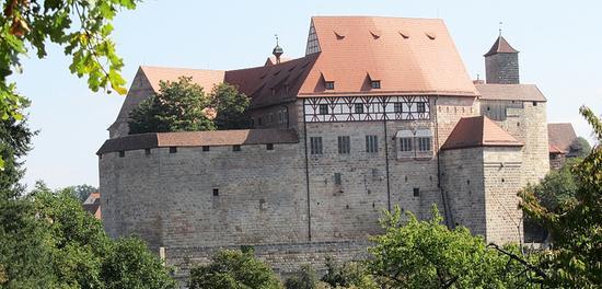 Die Cadolzburg kann auf eine wechselvolle Geschichte zurückblicken: 1157 erstmals erwähnt, war sie ab 1250 Residenz und bevorzugter Wohnsitz der fränkischen Hohenzollern, ab 1460 dann nur Nebenresidenz, auf der ein adeliger Amtmann über die landesherrlichen Hoheitsrechte wachte. Bis zum Zweiten Weltkrieg galt sie als eine der besterhaltenen Anlagen aus dem Mittelalter. Durch Artilleriebeschuss ging die Burg kurz vor Kriegsende, am 17. April 1945, in Flammen auf. 1979 beschloss der Bayerische Landtag den Wiederaufbau der Ruine. Heute präsentiert sie sich wieder in alter Pracht.