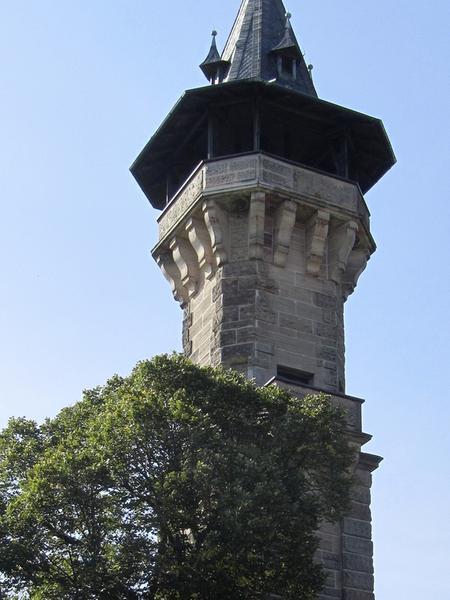 """Eine überwältigende Rundsicht genießt man von dem Aussichtsturm im Süden von Cadolzburg, im Volksmund auch """"Bleistift"""" genannt. Errichtet wurde er 1893 von der Münchner Lokalbahn-AG, um den Ausflugsverkehr nach Cadolzburg – der Endstation der Bahnlinie –  zu fördern. Auf 143 Stufen erreicht man die in 25 Metern Höhe gelegene obere Plattform."""