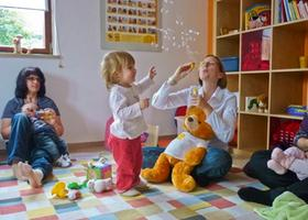 Die kleine Katharina (Zweite von links) ist mit 19 Monaten ein alter Hase in der Zwergensprache: Sie hat mit ihrer Mama schon zwei Kurse besucht. Nachdem sie mit Worten und Gesten klar gemacht hat, dass sie mehr Seifenblasen möchte, pustet Kursleiterin Bettina Behringer noch einmal in den gelben Plastikring.