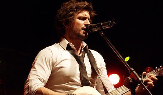 Tom Beck ist vielfältig: Er spielt Klavier, Schlagzeug, Gitarre, Orgel und Akkordeon.