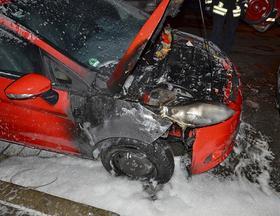 Überall Löschschaum: Das Feuer zerstörte den rechten Kotflügel und tobte sich auch unter der Motorhaube aus, ehe ein Passant eingreifen konnte.