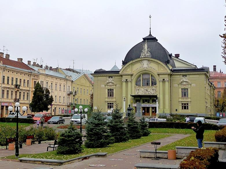 Plötzlich erhebt sich auf dem Elisabethplatz in Czernowitz vor einem das Fürther Stadttheater: Der Bau aus dem Jahr 1905 war tatsächlich schon früher geplant als sein fränkischer Doppelgänger.