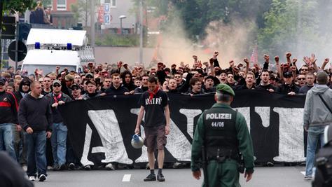 Bilder aus anderen Tagen: Clubfans marschieren vor dem Derby zum Ronhof.