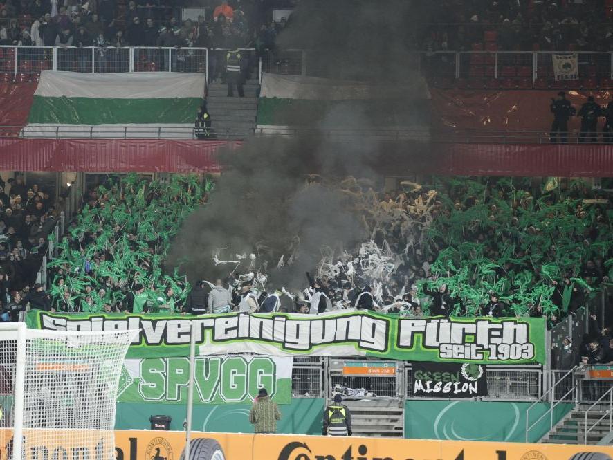 Fanfreundlich gestaltete der 1. FC Nürnberg das letzte Derby: Die Fürther Anhänger konnten ihren Verein farbenfroh unterstützen.