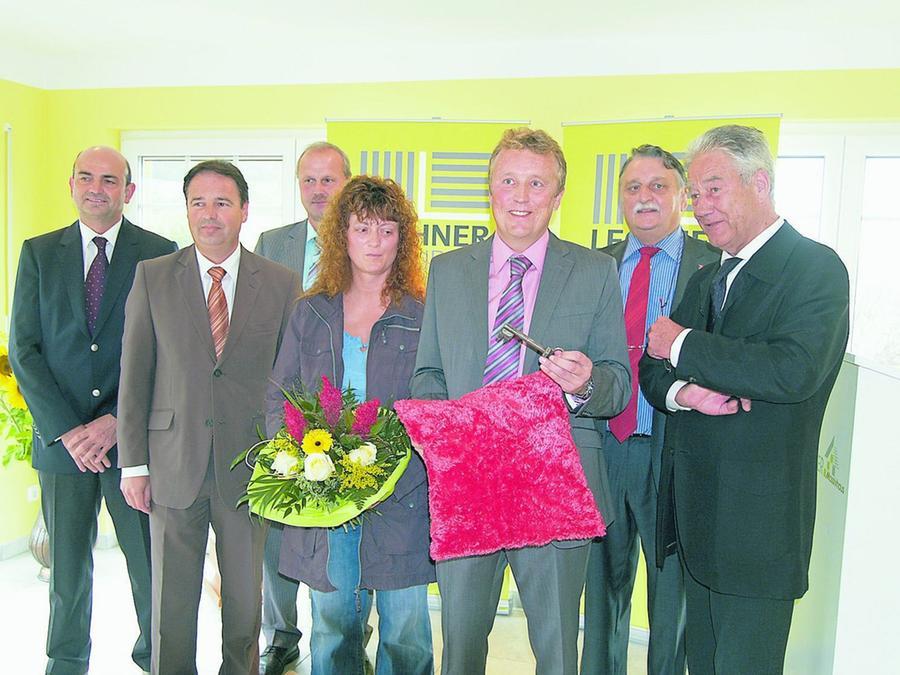 Marion und Bernhard Zink (vorn Mitte) sind die Bauherren des ersten Hauses, das nach dem preisgekrönten Lechner-System errichtet worden ist. Dazu gratulierten Bernd Lechner, Heinz Lachmann, Gerald Brehm, Eberhard Irlinger und Björn Engholm (v. l.).