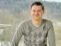 """Mit der Verleihung des Europapreises an seine Partnerschule wurde indirekt auch Professor Joachim Grzegas """"Weltsprache"""" BGE ausgezeichnet."""