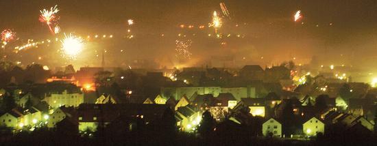 Das Jahr 2011 hat sich im Weißenburger Land mit Nieselregen und Temperaturen knapp über dem Gefrierpunkt verabschiedet – doch bei den vielen Gelegenheiten, in der Stadt Silvester zu feiern, war es den meisten wohl doch eher warm ums Herz.