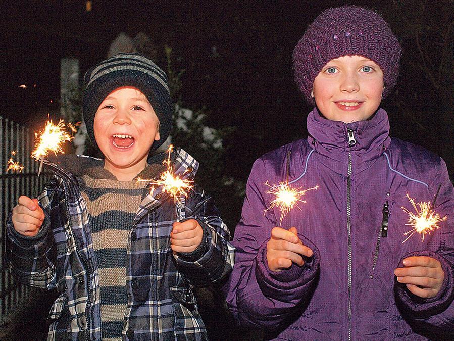 Strahlend ins neue Jahr: Mit Sternwerfern und Ähnlichem durften sich auch die Kleinen am Feuerwerk beteiligen und hatten viel Vergnügen damit.