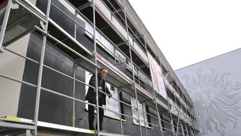 Schutz vor Gesundheitsgefahren: Hausbesitzer Frank Herdegen hat sein Mietshaus in der Erlanger Innenstadt durch einen speziellen schwarzen Farbanstrich und dreifach verglaste Thermofenster vor Mobilfunkstrahlen abschirmen lassen.