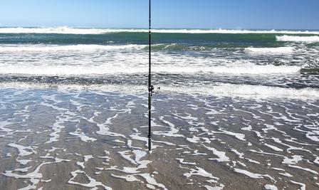 """Des Anglers Werkzeug hat Stephan Janischewski hier am tasmanischen Meer abgelichtet. Die Abbildung ist dem Buch """"My Dream Fish Neuseeland – Forellenfischen"""" entnommen."""