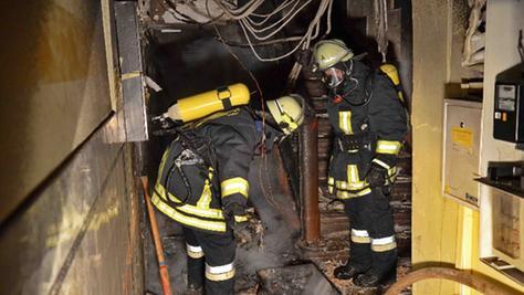 Ein Brand in einem Treppenhaus in der Fürther Moststraße versperrte den vier Bewohnern den Weg ins Freie. Sie erlitten leichte Verletzungen.