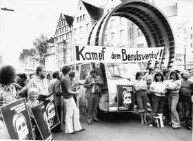 Nürnberger Demo im Jahr 1976 gegen die Praxis des Radikalenerlasses. Anlass war der Fall des Lokführers Rudi Röder. Er war DKP-Mitglied. In Zeiten der Bundesbahn bedeutete seine Entfernung aus dem Dienst Berufsverbot.