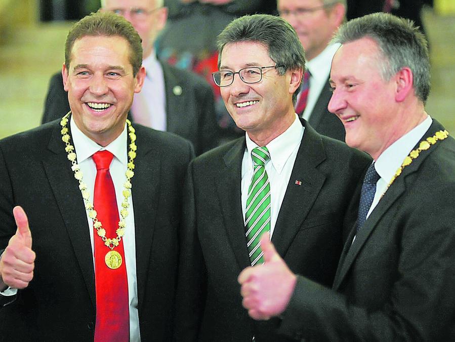 Daumen hoch für Stadt und SpVgg: OB Thomas Jung, Vereinspräsident Helmut Hack und Bürgermeister Markus Braun (von rechts) posieren beim Empfang für die Fotografen.