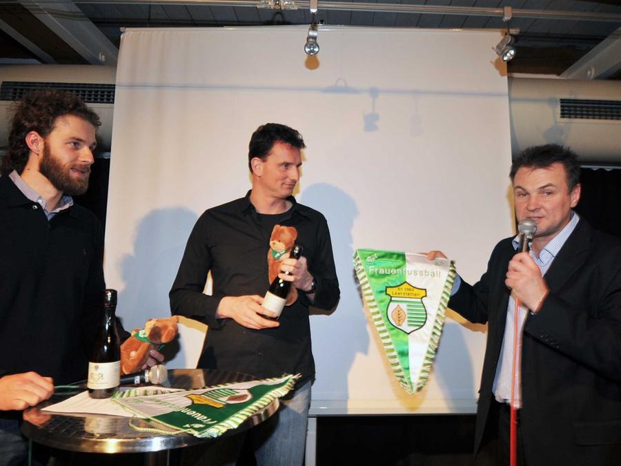 Lockerer Plausch mit NZ-Sportredakteur Stefan Jablonka (links): Ehrengast Michael Fuchs, Torwarttrainer der deutschen Frauen-Nationalmannschaft, erhielt von Reiner Hertel den Vereinswimpel des SV Leerstetten.
