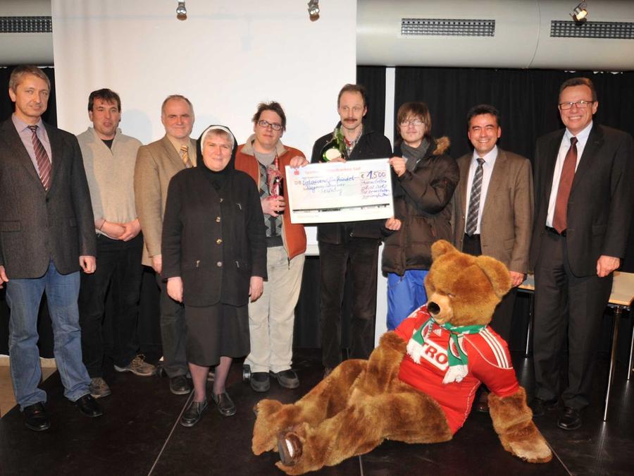 1500 Euro fließen in das Gehörlosenzentrum der Regens-Wagner-Stiftung. Dessen Leiterin Schwester Gerda und Pädagoge Michael Inselsberger freuten sich über den Scheck von den Fußballerinnen des SV Leerstetten.