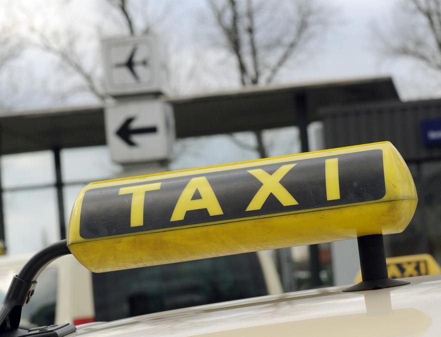Ein 48-Jähriger wurde in Erlangen von einem Taxi überrollt (Symbolbild).