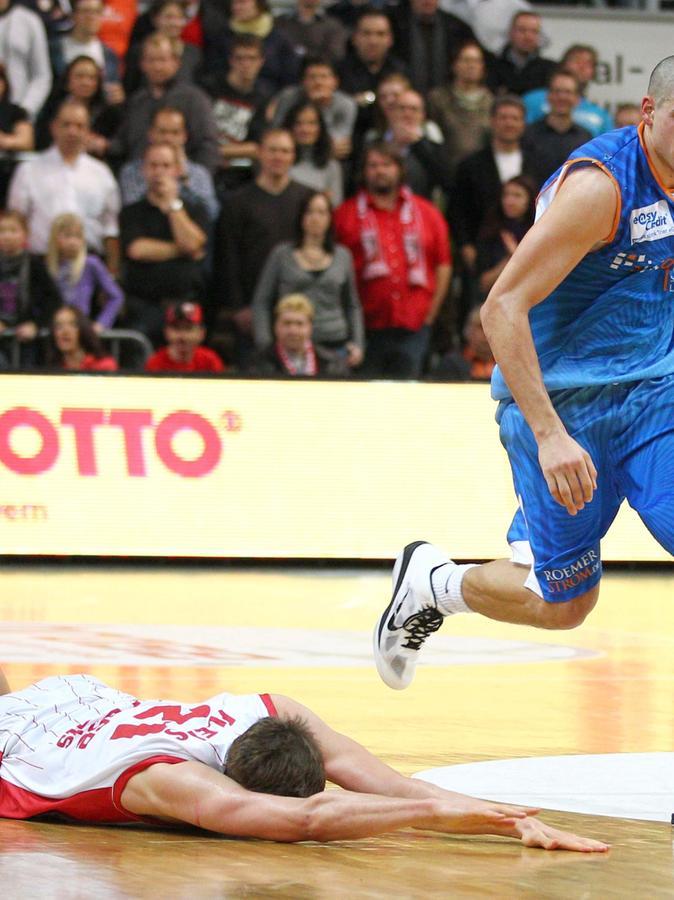 Im direkten Vergleich: Während Tibor Pleiß den Hallenboden küsst, zieht sein Nachfolger in Bamberg, Maik Zirbes, dynamisch davon.